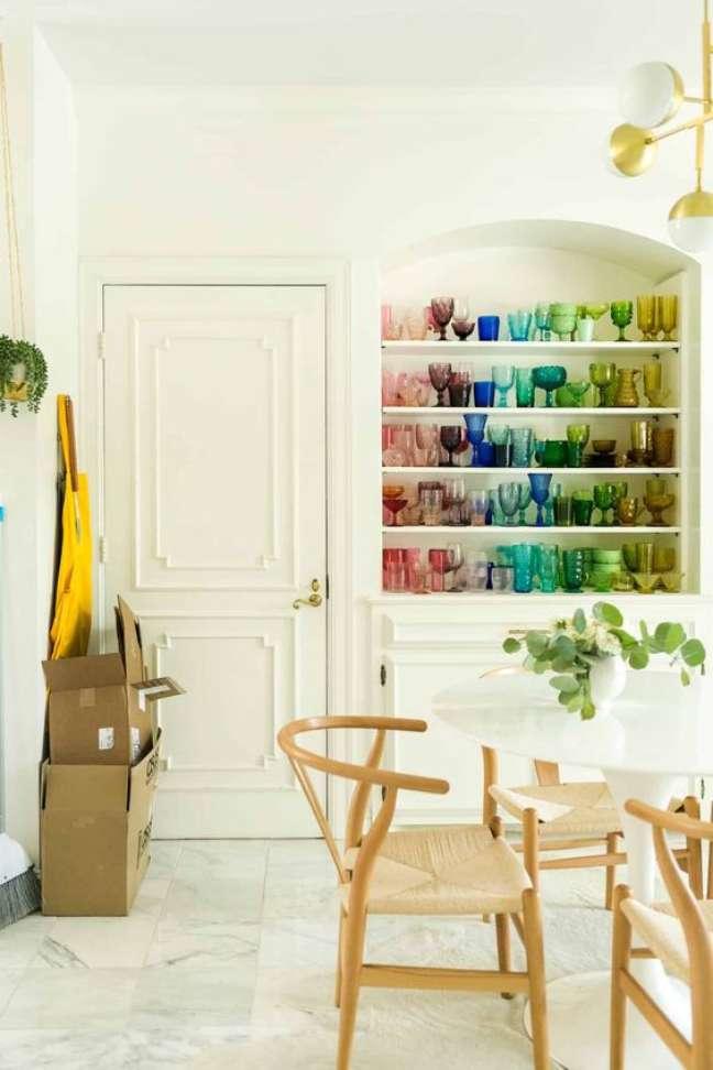 46. Estante decorada com taças de vidro coloridas – Foto A Beautiful Mess