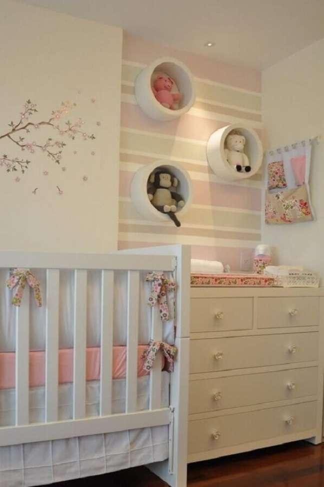 57. Quarto de bebê feminino branco e rosa decorado com cômoda com trocador para bebê branca – Foto: Studio1202