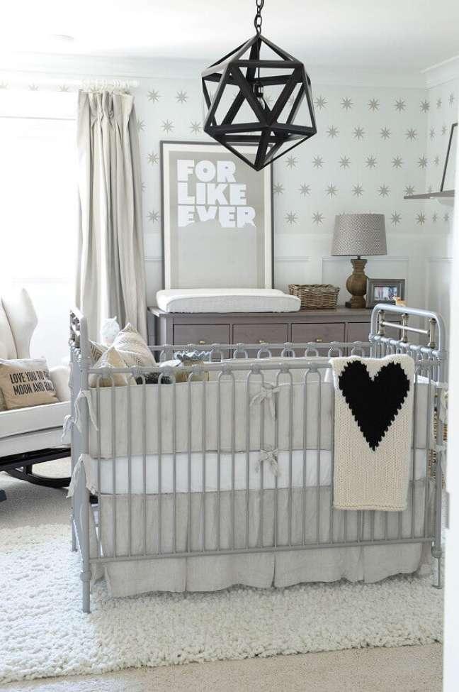 20. Cômoda com trocador para decoração de quarto de bebê cinza e branco – Foto: Home Fashion Trend