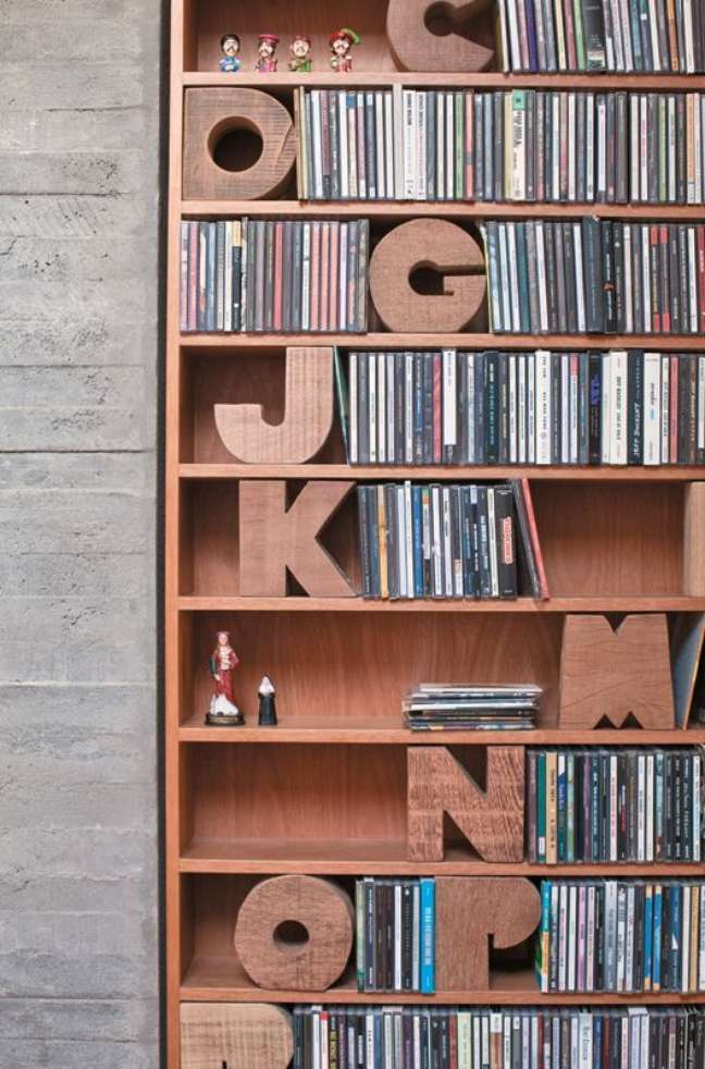 50. Letras de madeira para organizar os cds da estante – Foto Oppa