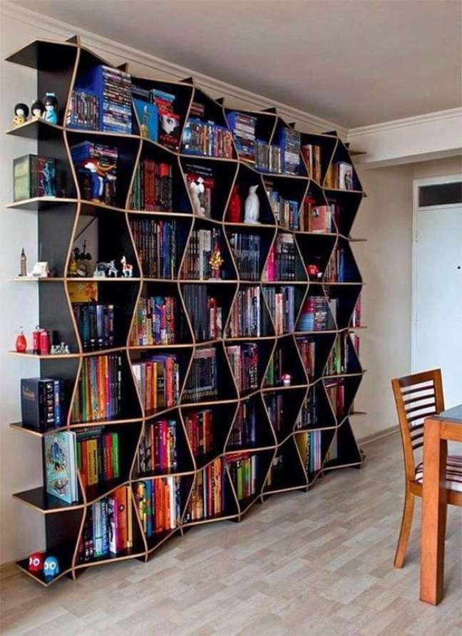 47. Estante moderna com livros variados – Foto Pinterest