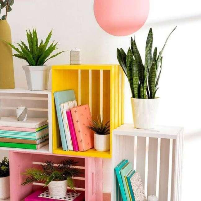 54. Mini estante colorida feita de caixote – Foto Brit