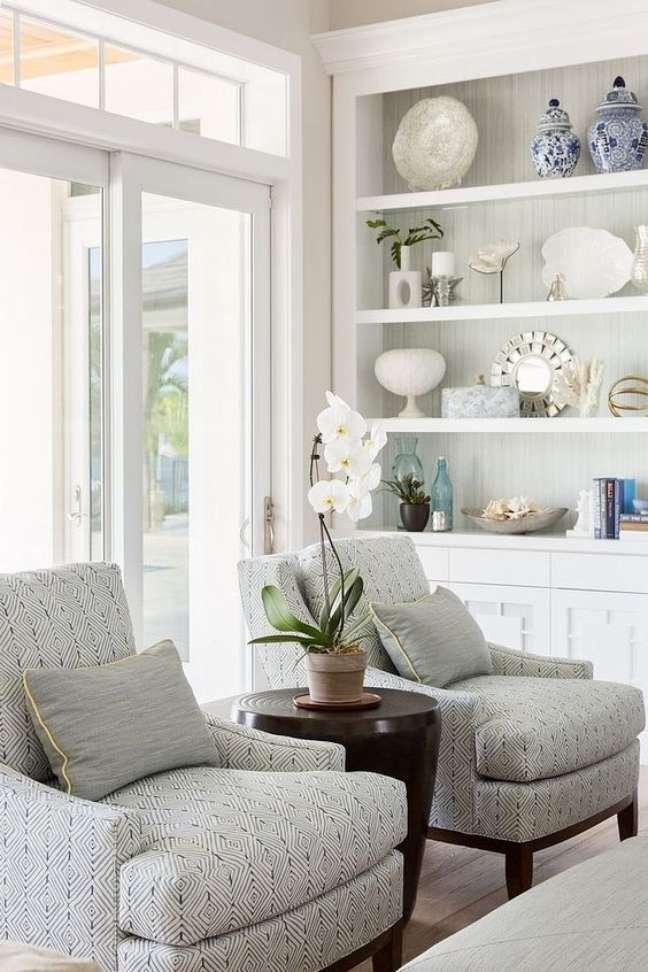 13. Sala clean com enfeites para estante chiques – Foto Home bunch
