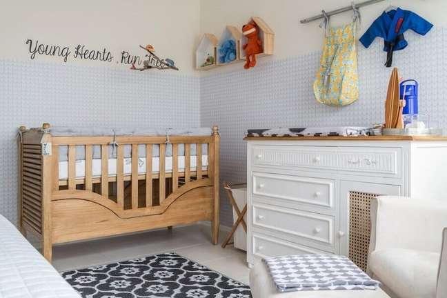 44. Decoração simples para quarto com cômoda com trocador para bebê branca e berço de madeira – Foto: NaToca Design