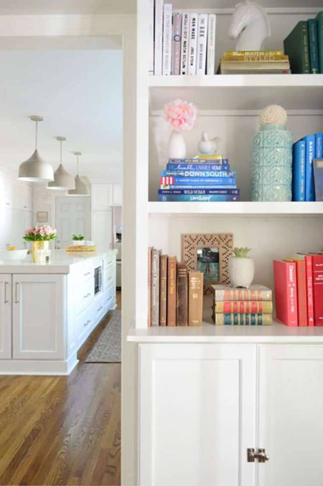 62. Sala de estar branca com enfeites para estante coloridos – Foto Young House Love