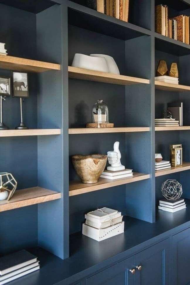 14. Enfeites para estante azul marinho com livros e vasos – Foto Pinterest