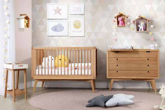 60. Quarto decorado com berço e cômoda de bebê com trocador de madeira – Foto: Deco & Home