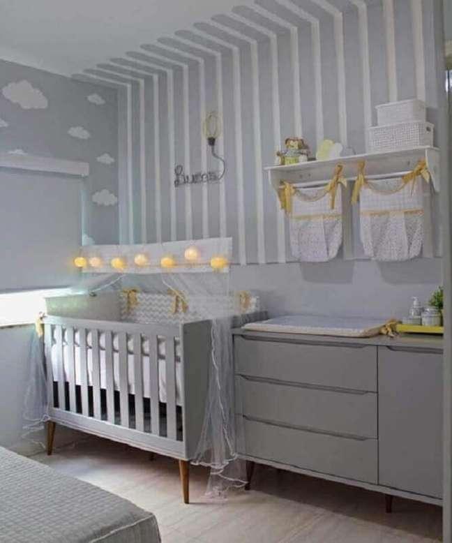 19. Cômoda com trocador para decoração de quarto de bebê cinza e branco – Foto: Pinterest