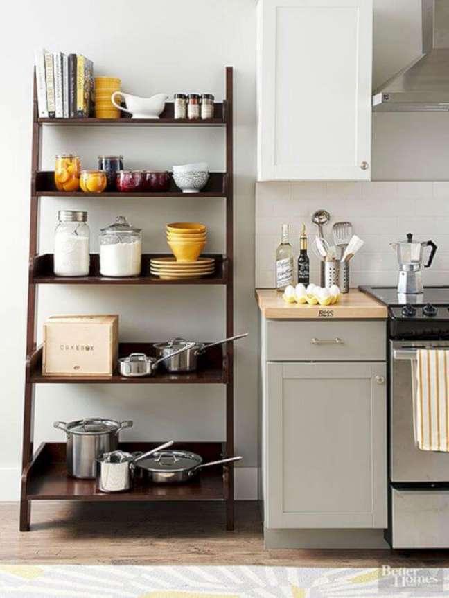 69. Cozinha com estante cavalete decorada com itens de cozinha – Foto BG