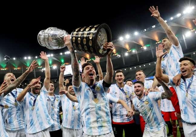 Messi levanta a taça de campeão da Copa América para a Argentina