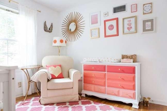 30. Cômoda para bebê com trocador para decoração de quarto branco e rosa – Foto: Pinterest
