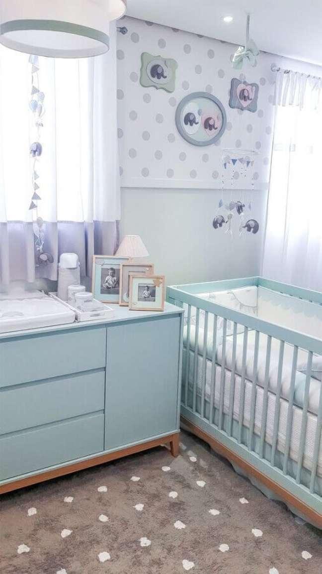 18. Decoração para quarto de bebê azul claro com cômoda de bebê com trocador – Foto: Puro Amor Baby Shop