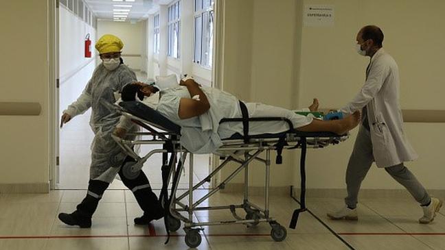 Embora as médias móveis de casos e mortes por covid-19 estejam em queda, Brasil segue com números altíssimos em comparação com outros países que também sofreram muito ao longo da pandemia