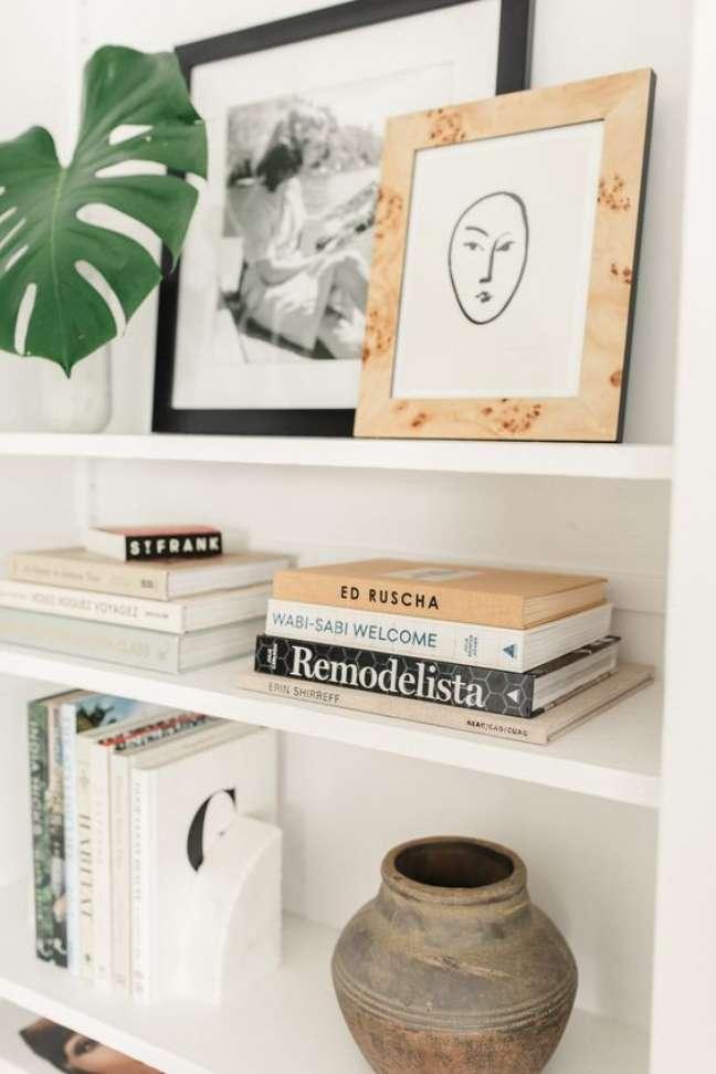 29. Enfeites para estante decorada com charme e delicadeza – Foto Halow James