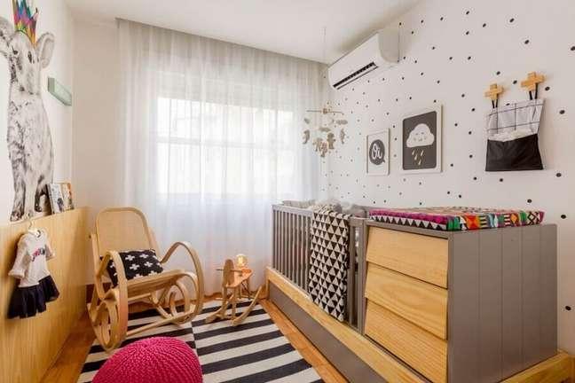12. O berço com cômoda e trocador é excelente para decorar quarto de bebê pequeno – Foto: NaToca Design