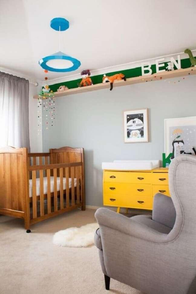 38. Decoração de quarto cinza com cômoda para bebê com trocador amarela – Foto: Histórias de Casa