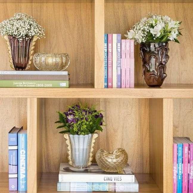 45. Estante decorada com livros e vasos de flores – Foto Reciclar e Decorar