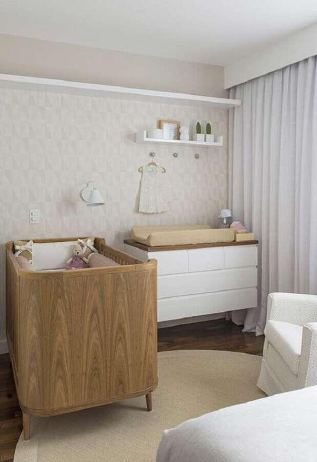 7. Cômoda com trocador branca com madeira para decoração de quarto de bebê simples em cores neuras – Foto: Ideias Decor