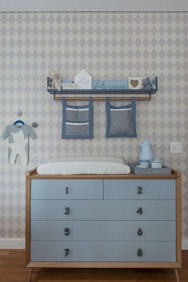 49. Quarto de bebê azul e cinza decorado com cômoda infantil com trocador com puxadores de números – Foto: Conexão Decor