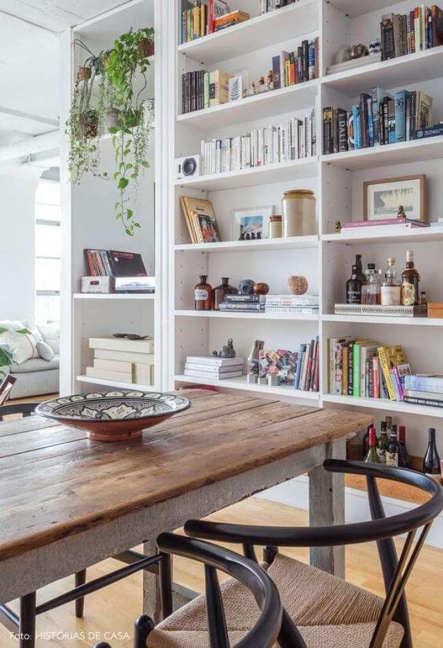 72. Enfeites para estante grande na sala de jantar – Foto Histórias de Casa