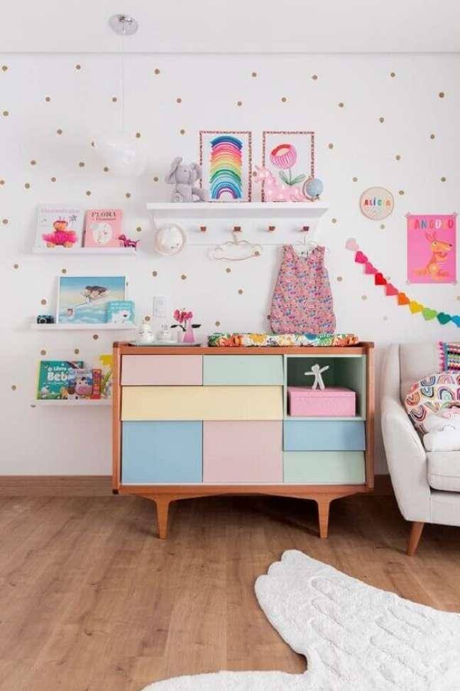 6. Quarto de bebê branco decorado com cômoda infantil com trocador com gavetas coloridas diferentes – Foto: MOOUI