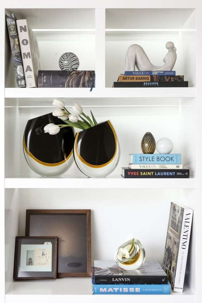 1. Enfeites para estante com vasos pretos e livros – Foto Vamos Receber