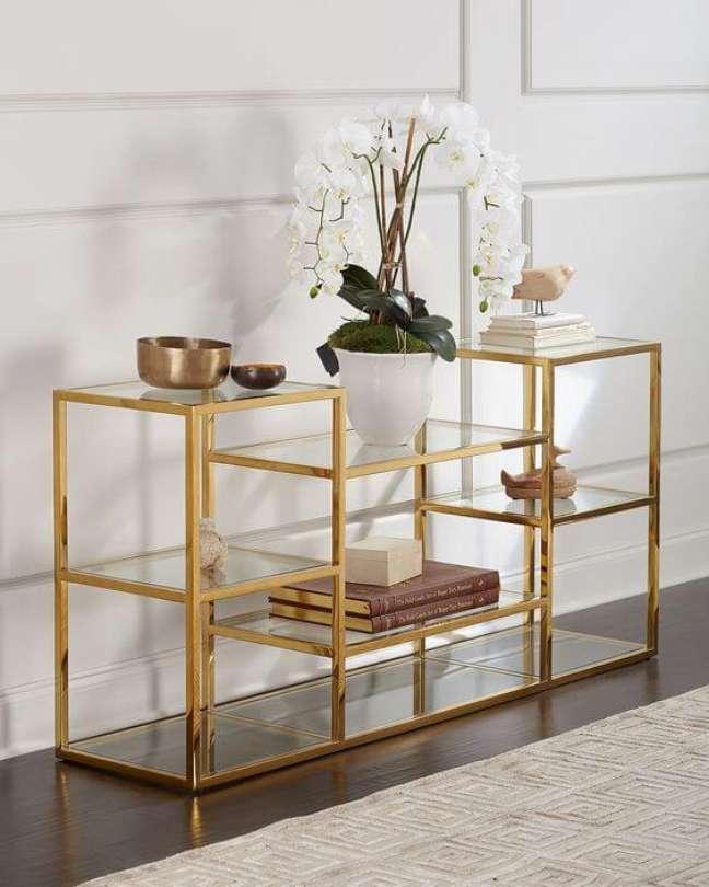 55. Mini estante dourada para decoração de sala moderna – Foto Neiman Marcus