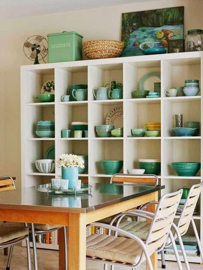 53. Mesa de jantar com enfeites para estante na cor turquesa – Foto Arquitrecos