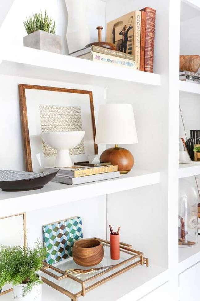 8. Enfeites para estante branca com abajur de madeira – Foto Emily Henderson
