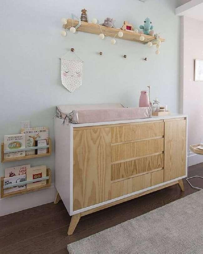 40. Decoração de quarto de bebê branco com cômoda com trocador branca com madeira – Foto: Constance Zahn