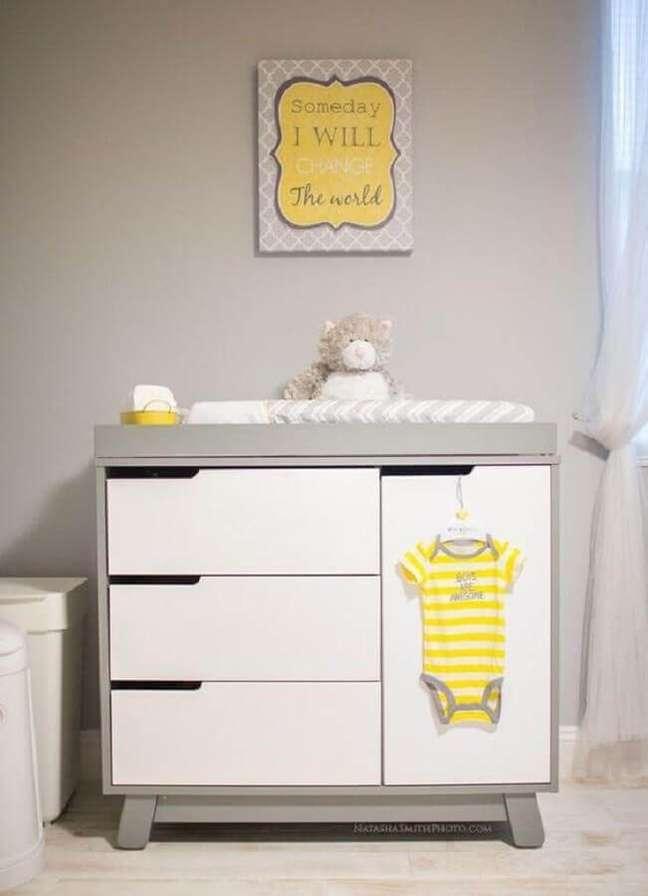 48. Quarto cinza decorado com cômoda para bebê com trocador pequena – Foto: Pinterest