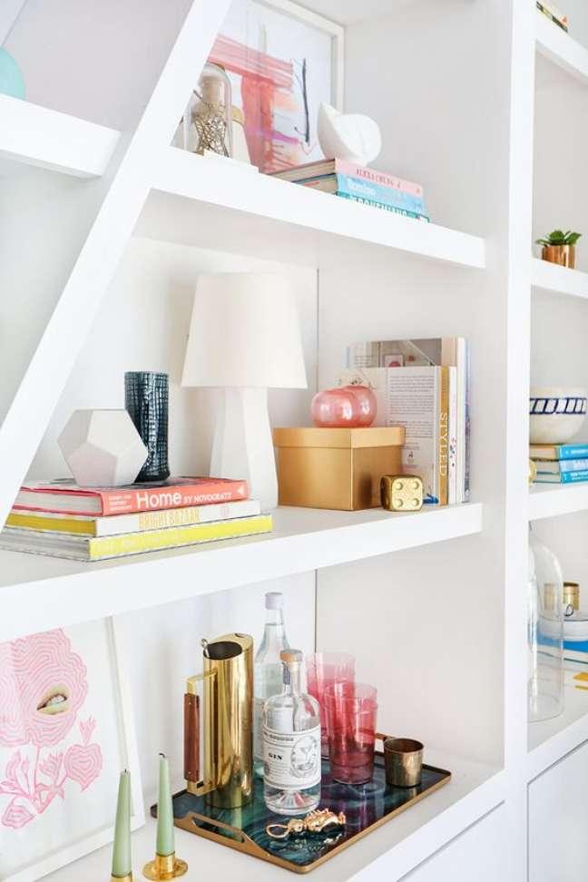 38. Enfeites para estante variados na decoração – Foto Emily Henderson