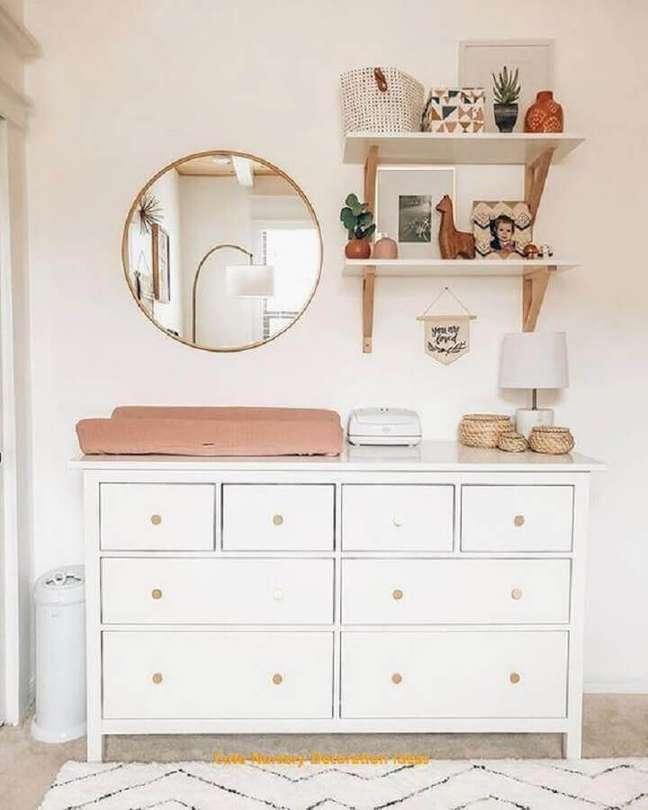 31. Cômoda para bebê com trocador para decoração de quarto branco simples – Foto: Beatriz Quinelato Arquitetura