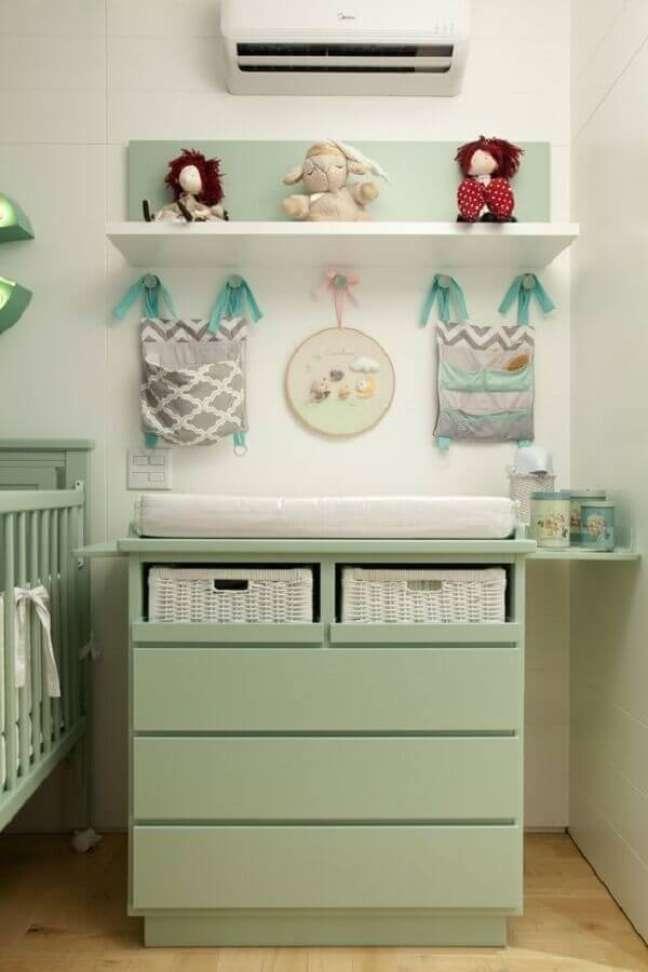21. Modelos colorido de cômoda infantil com trocador para decoração de quarto de bebê verde e branco – Foto: Beatriz Quinelato Arquitetura