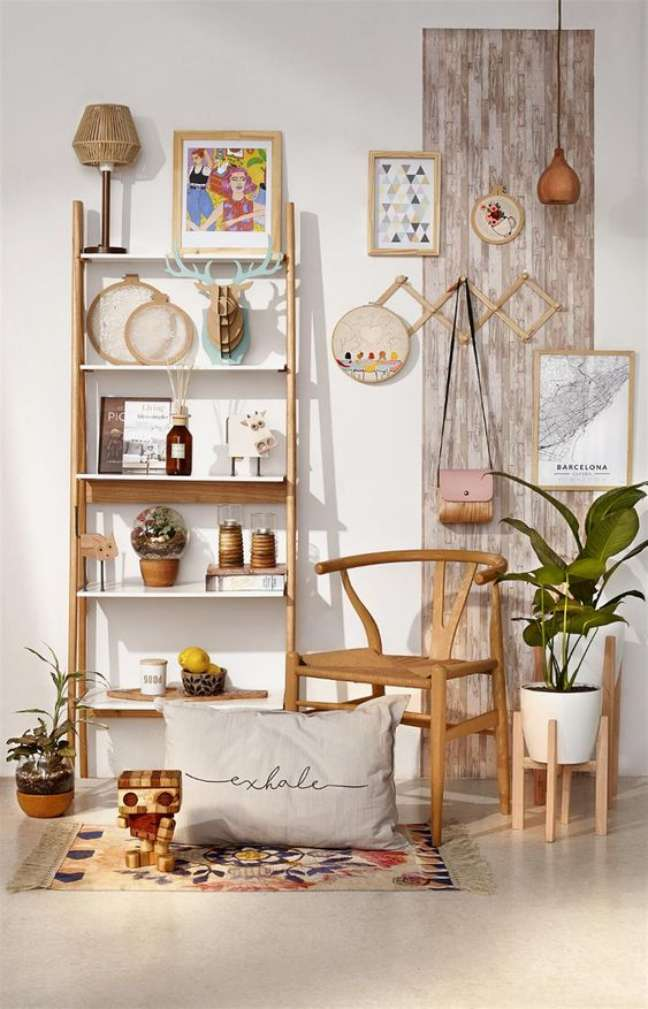 9. Sala rustica com estante cavalete de madeira – Foto Lanacion