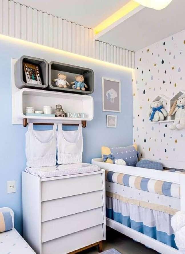 28. Cômoda infantil com trocador para decoração de quarto de bebê azul e branco – Foto: Grão de Gente