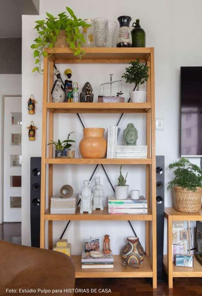 26. Enfeites para estante de madeira na sala de estar pequena – Foto Historias de Casa