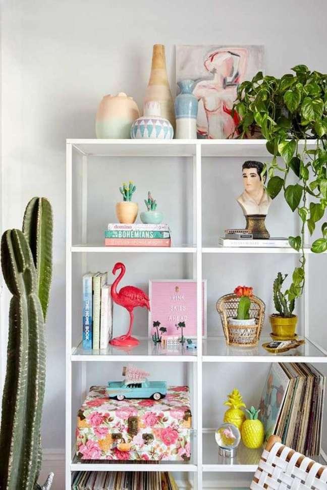 32. Enfeites para estante na sala de estar moderna – Foto Pinterest