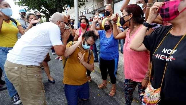 Apoiadores do governo gritaram palavras de ordem a favor do presidente Díaz-Canel e contra os Estados Unidos