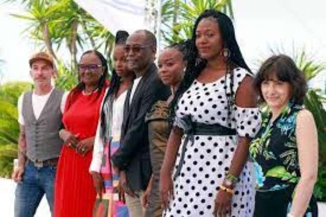 """Equipe de """"Lingui"""" se apresenta na sessão de fotos em Cannes 2021"""