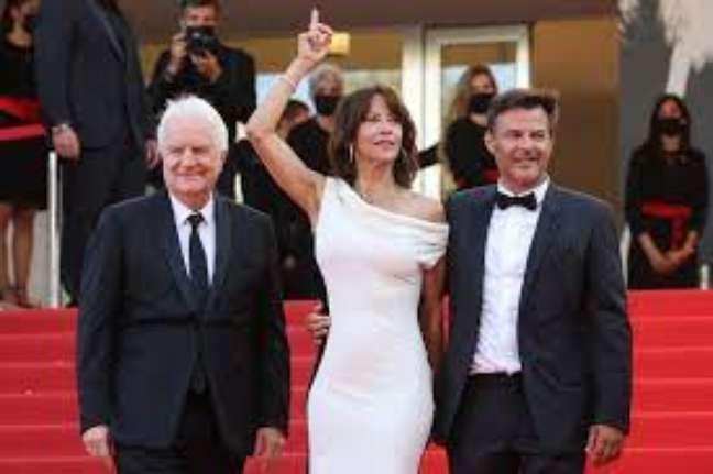 """A equipe de """"Tout out s'est bien passé"""": André Dussollier, Sophie Marceau e o diretor François Ozon"""
