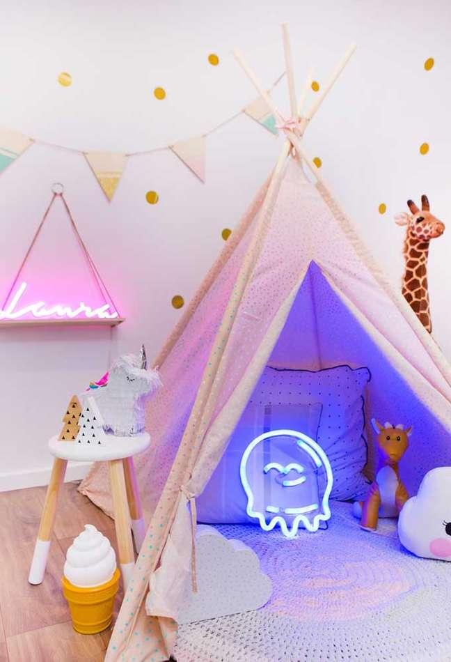 37. Quarto infantil com luminária de luz neon criativa – Foto Pinterest