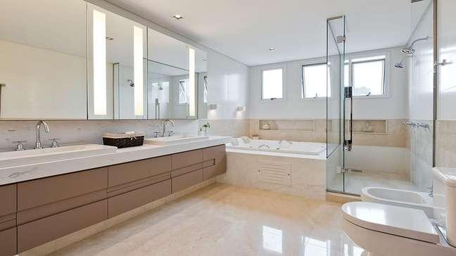 49. Gabinete para banheiro grande decorado com banheira de imersão – Foto: Rangel Design de Interiores