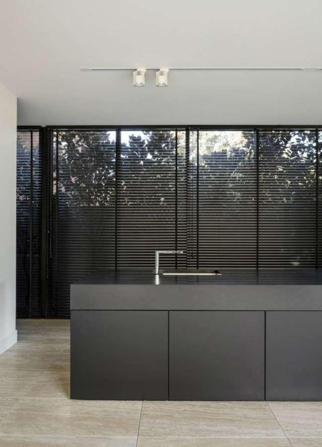 6. Cozinha com armários cinza e persiana preta – Foto Decostore