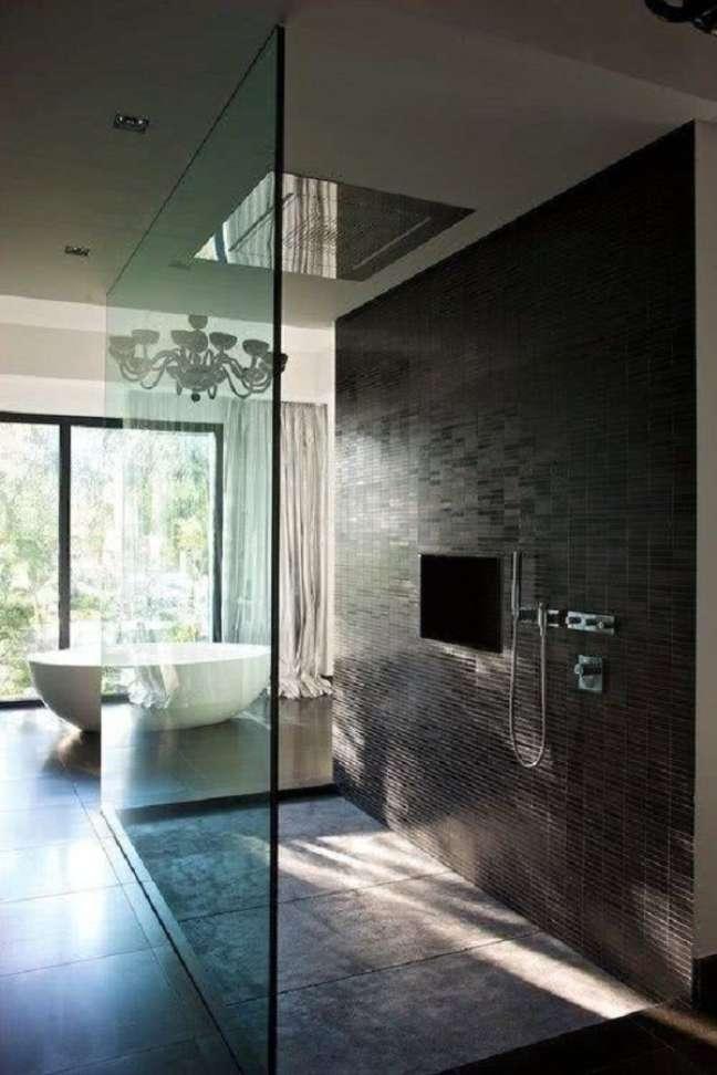20. Banheiro grande moderno decorado com revestimento cinza escuro – Foto: Pinterest