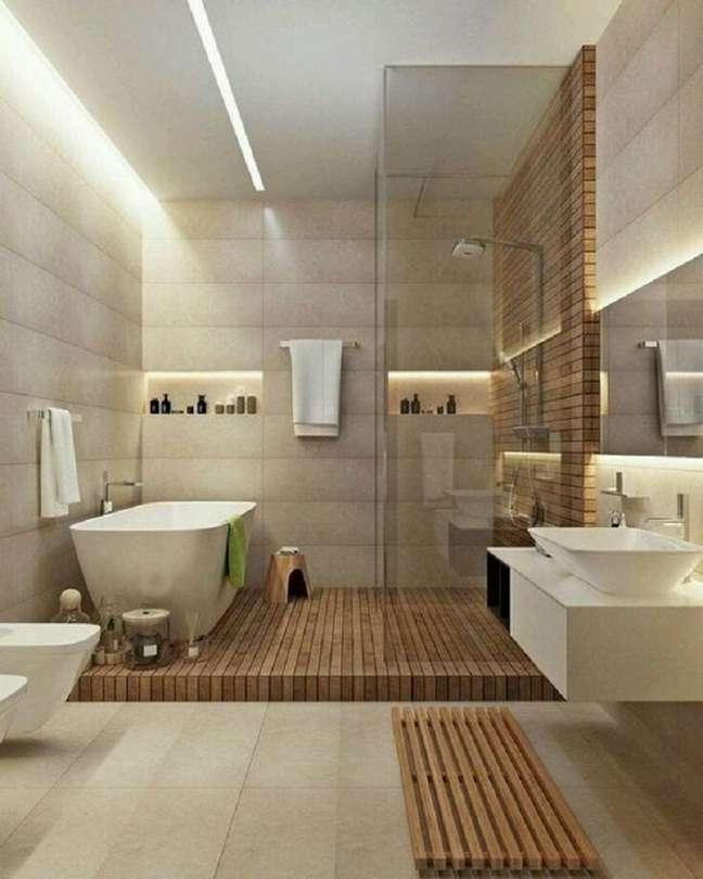 17. Banheiro grande decorado em cores neutras com detalhes em madeira – Foto: Pinterest