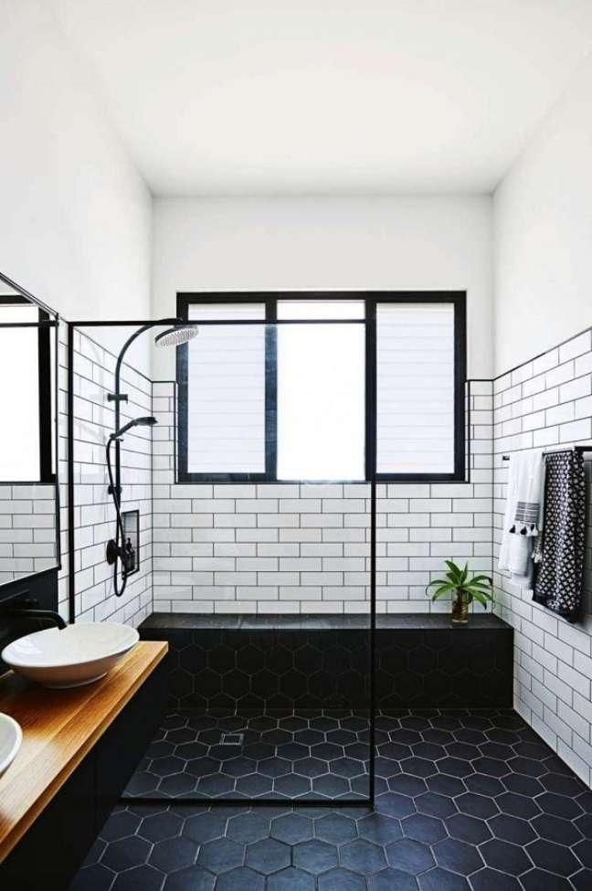 34. Decoração de banheiro grande com piso hexagonal preto – Foto: One Kindesign
