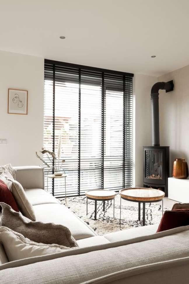 1. Sala de estar com persiana preta e sofá em L bege – Foto TopJalo ezieen
