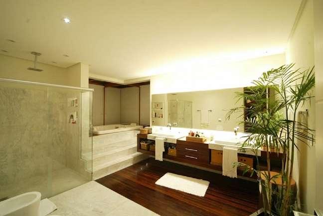 9. Balcão de banheiro grande planejado com duas pias e gabinete de madeira – Foto: Mascarenhas Arquitetos