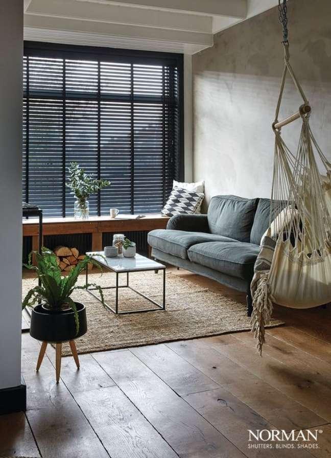 14. Sala de estar pequena com persiana preta e sofá cinza – Foto Norman Shutters Blinds Shades